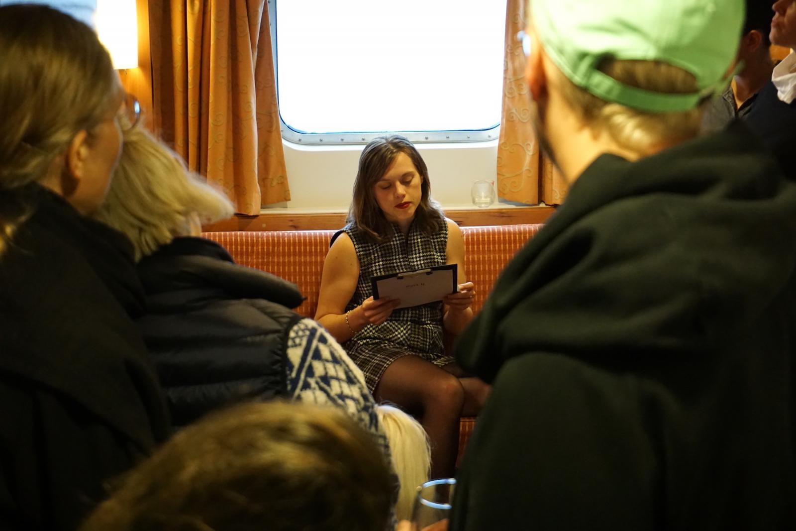 """Performance von Hanne Lippard für die """"Cabin Series""""  Kuratiert von Kunsthall Stavanger"""