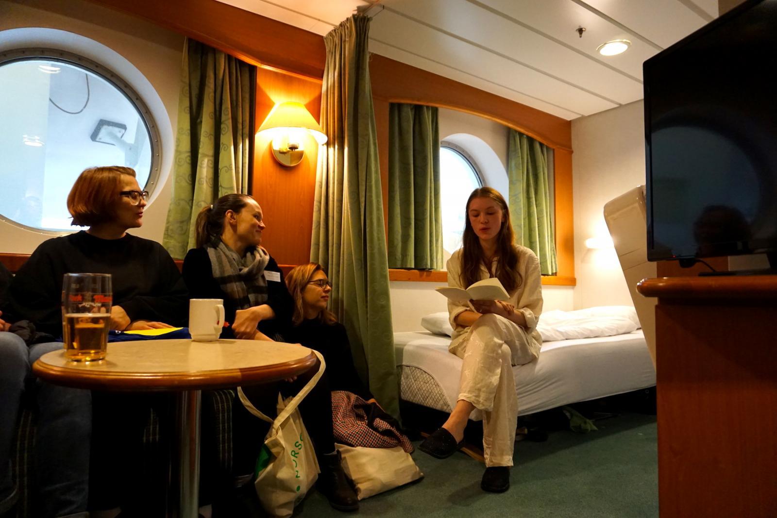 """Performance von Nora Joung für die """"Cabin Series""""  Kuratiert von Rhea Dall für UKS"""