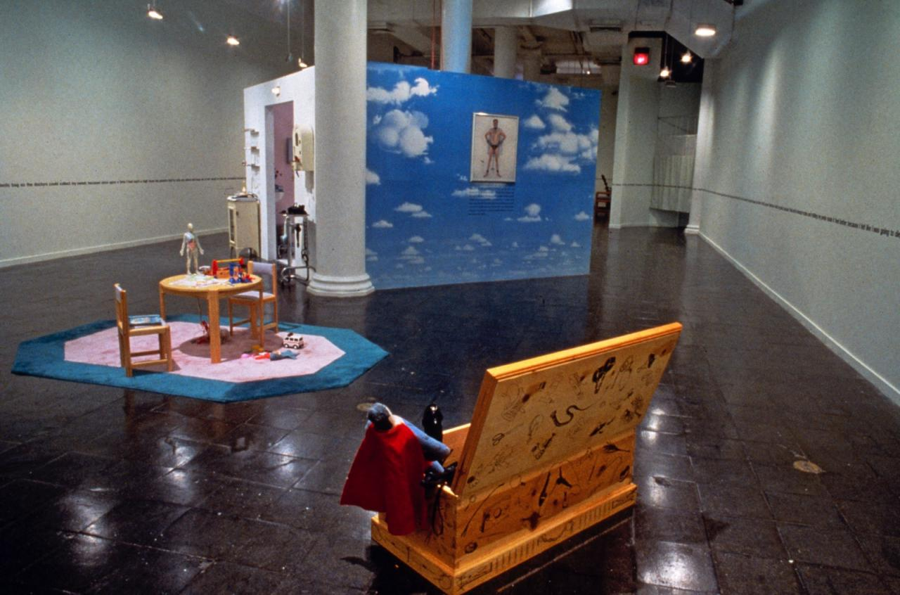 "Installationsansicht ""Visiting Hours: An installation by Bob Flanagan in collaboration with Sheree Rose,"" The New Museum of Contemporary Art, New York 1994 Courtesy of New Museum, New York. Photo: Fred Scruton"