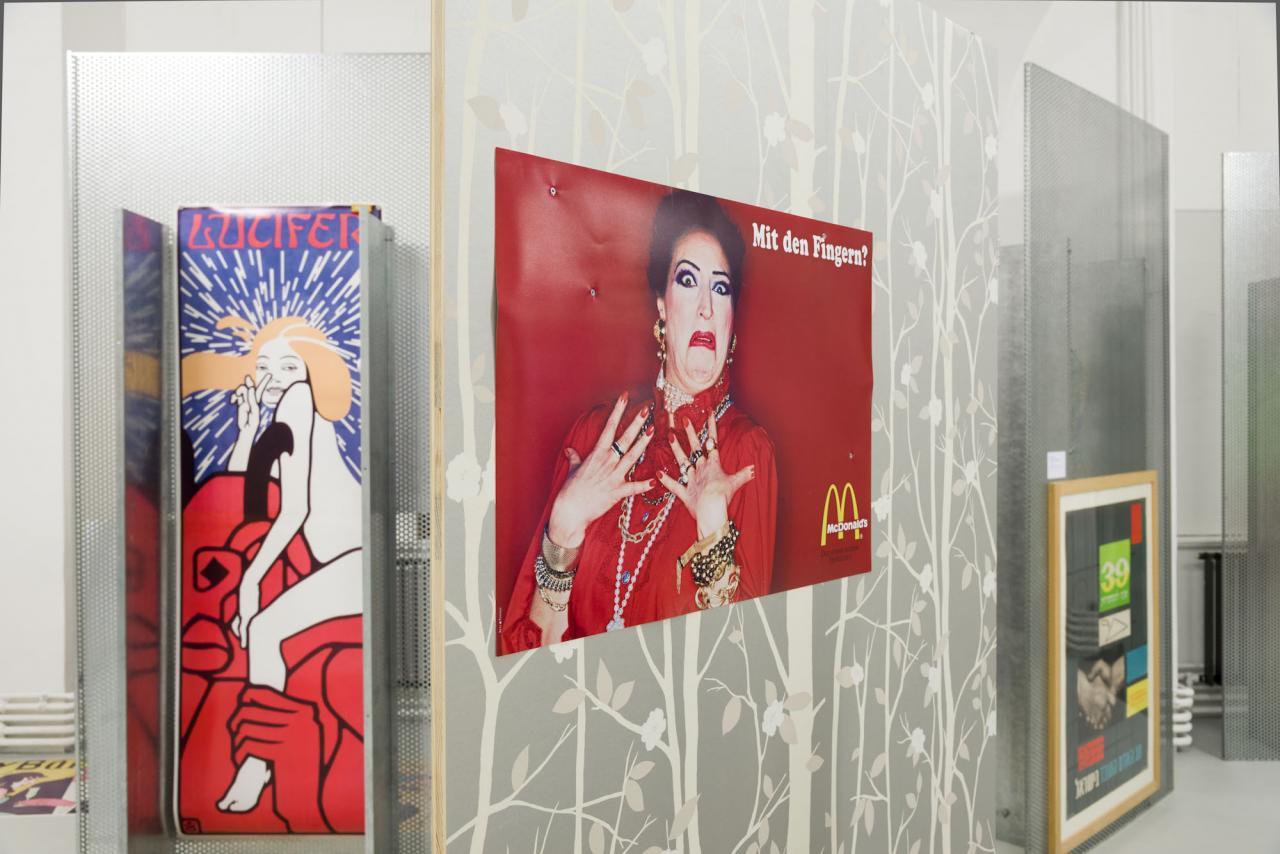 """Installation view """"Anna O. lernt denglisch in den Energieferien"""", MAK-Galerie, Sichtwechsel #4, 2013 © MAK/Katrin WIßkirchen, Bildrecht, Wien, 2017, Courtesy Galerie Meyer Kainer"""