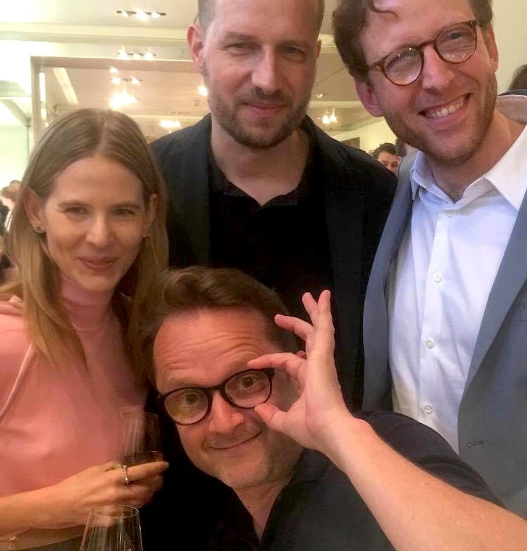 """""""Bei Prada gibt es einen Cocktail-Empfang für Andreas Mühe!"""" (Aino Laberenz, Holger Liebs, Johann König und Rafael Horzon, Foto: Mavie Hörbiger)"""
