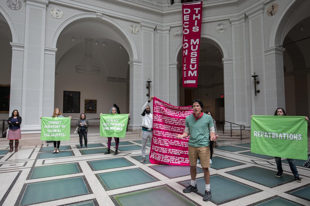 """""""Decolonize This Place""""-Proteste im Brooklyn Museum, unter anderem hervorgerufen durch Ernennung vonKristen Windmuller-Luna als Kuratorin für die afrikanische Sammlung"""