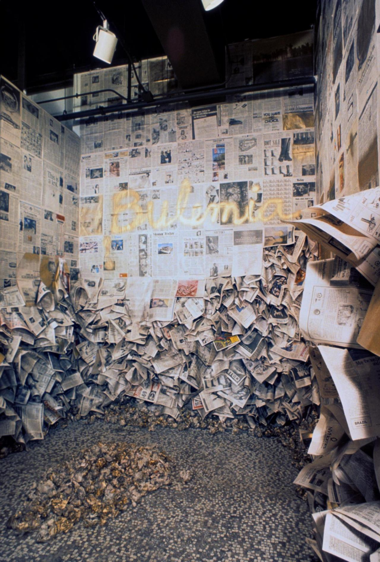 Senga Nengudi, Bulemia , 1988 Installation: Zeitungspapier, Sprühlack Photo: Howard Ehrenfeld. Courtesy: Howard Ehrenfeld