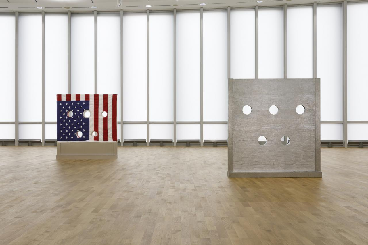 On the left: Cady Noland, Gibbet (1993/1994)  Courtesy The Brant Foundation, Greenwich, Connecticut (US) On the right: Cady Noland,  Beltway Terror  (1993/1994) Courtesy The Brant Foundation, Greenwich, Connecticut (US) Installation view MUSEUM MMK FÜR MODERNE KUNST; Photo: Axel Schneider
