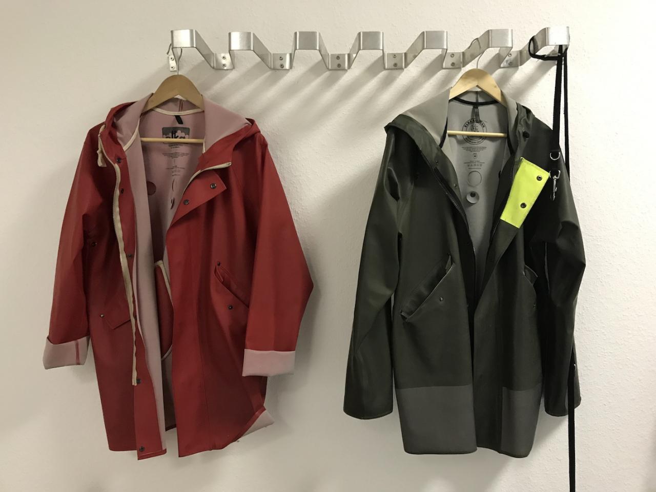 """Rote und grüne Regenmäntel im """"Loft"""""""