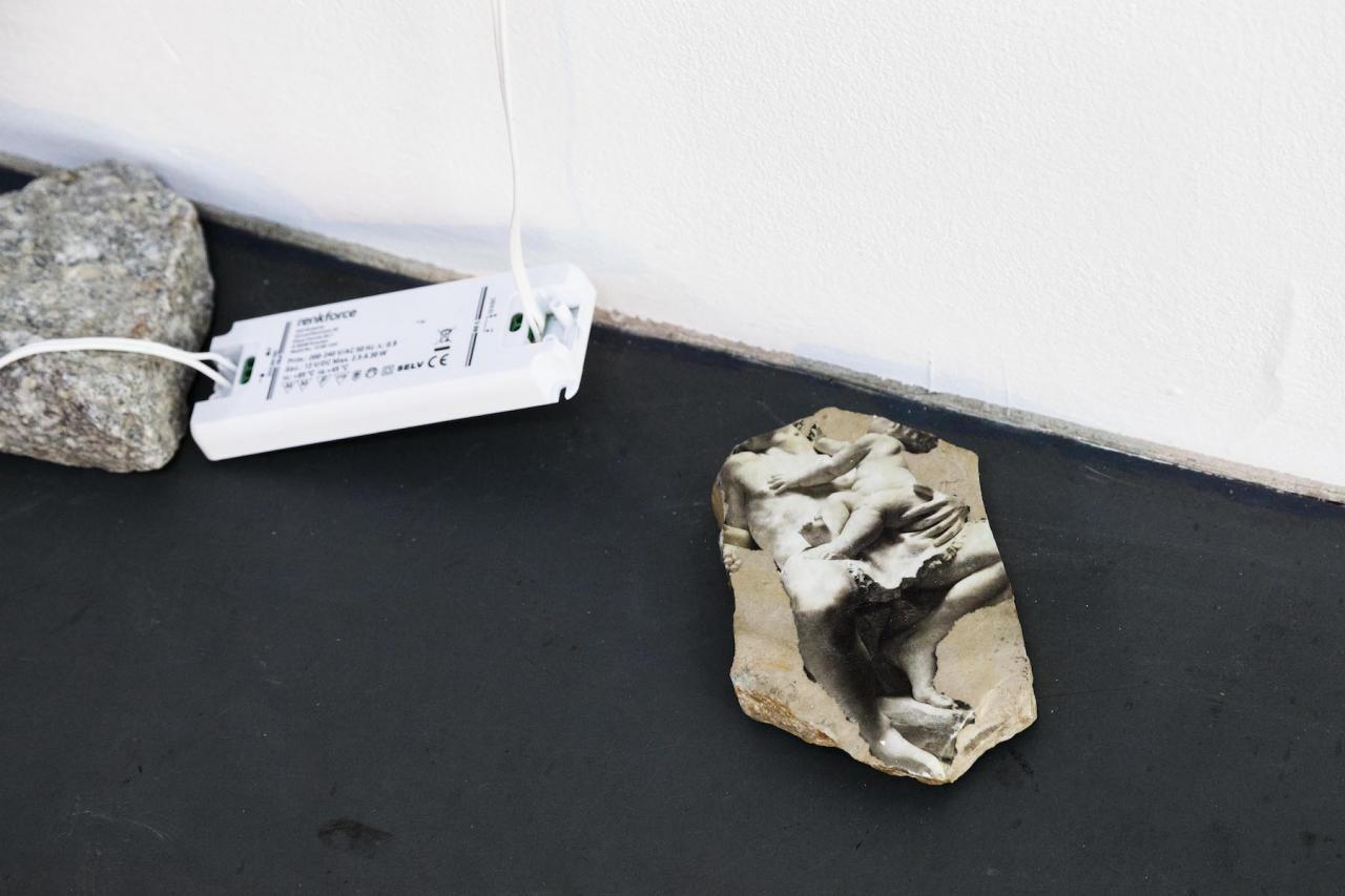 Jason Dodge,Lights the height of dogs eyes. Aura Rosenberg Statues Also Fall In Love: Version II for Unklarheit Ist Die Neue Gewissheit, Unentschiedenheit DasNeue Urteil,Courtesy the artist