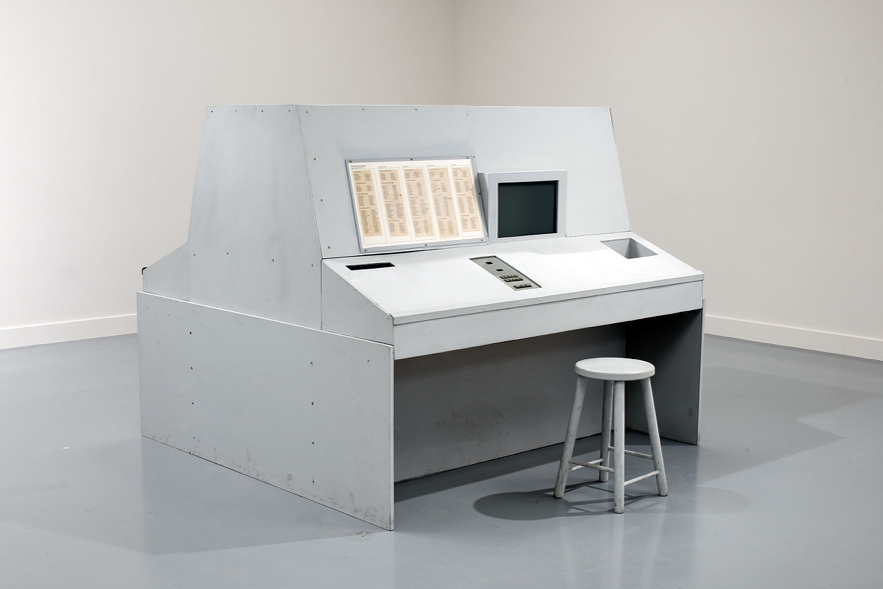 Stephen Willats, Meta Filter (1975) wood case, with electronics and slide projector mounted inside; Perspex screens on each side of case; Problem Book used by operators, 152.5 × 183 × 152.5 cm, Museé d'art contemporain de Lyon