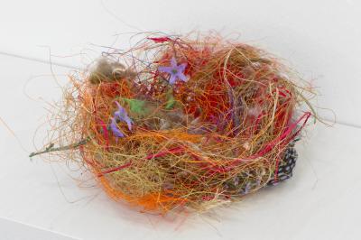 Björn Braun, Untitled (zebra finch nest), 2013 Naturfasten, Federn, Plastikblumen 12 x 14 x 15 cm Foto: Nils Klinger