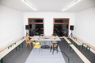 SPIKE BERLIN, 6 pm Marcus Geiger, o.T., Tisch , 2006–1014 Tischplatte, 2 Holzböcke, 4 Stühle, Filzteppich