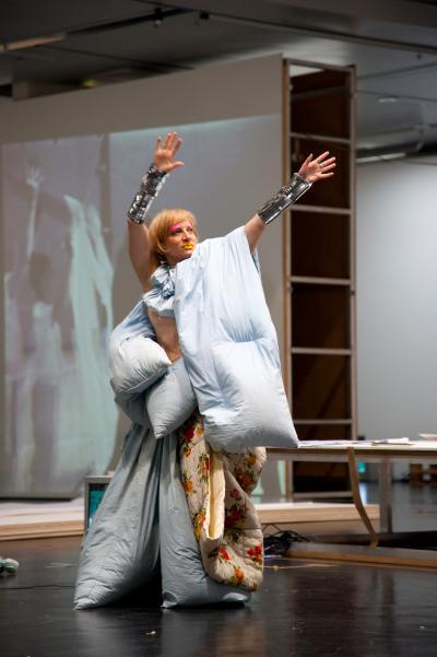 Meg Stuart performing Blanket Lady at ZKM Karlsruhe (2012) © Pietro Pellini