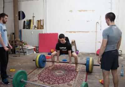 Nik Kosmas am Gewichtheben