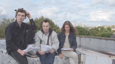 Paul Kneale Still aus SEO and Co , 2014 Digitales Video, 30 Min., geloopt Von links nach rechts: Oscar Khan, Harry Burke, Nina Cristante