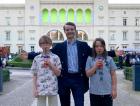 """""""Ja genau, die Maus!"""", schrien die Kinder auf der Rückbank. (Andy Kassier und trinkende Kinder vor dem Hamburger Bahnhof)"""